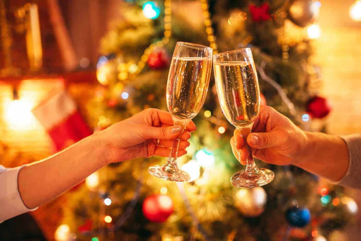 Brindisi sotto l'albero di Natale