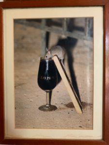 Topolino che beve un bicchierino di Sherry