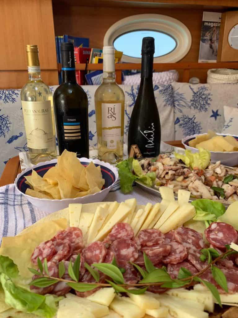 Aperitivo con salumi e formaggi sardi in barca a vela